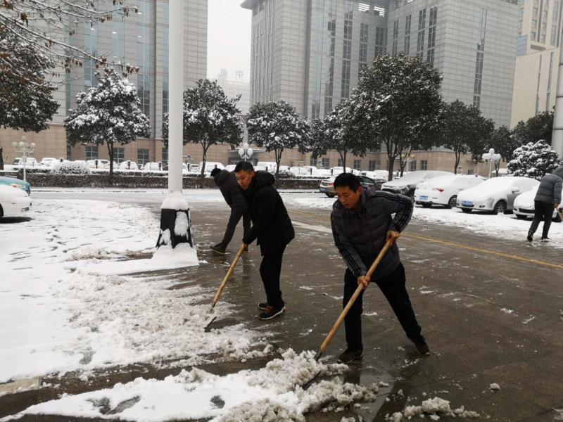 焦作市人才交流中心积极开展扫雪除冰活动